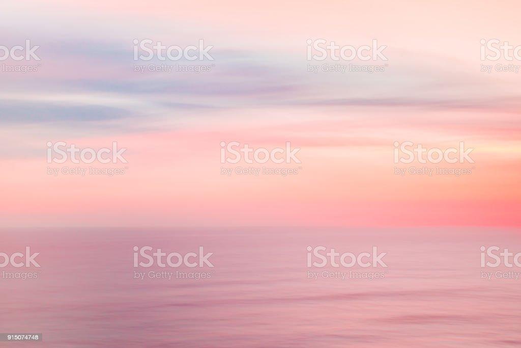 Defokussierten Sonnenaufgang Himmel und Meer Natur Hintergrund mit Schwenk Bewegungsunschärfe. – Foto