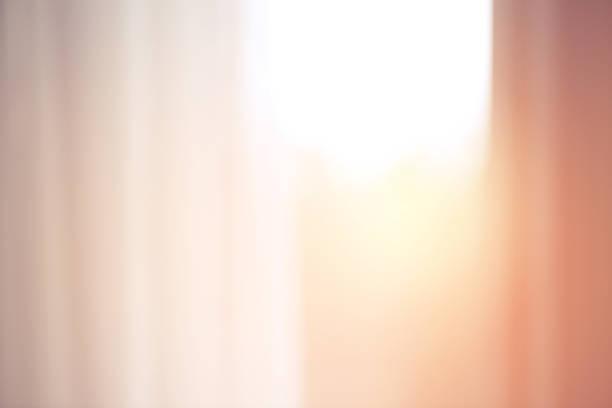 defokussierten fenster mit vorhang - gardinen weiß stock-fotos und bilder
