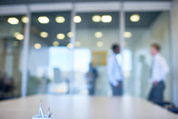 defocused workplace - persona in secondo piano foto e immagini stock