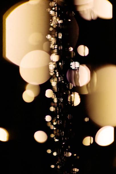 defokussierten fee zeichenfolge lichter kulisse bei nacht - lichtschlauch stock-fotos und bilder