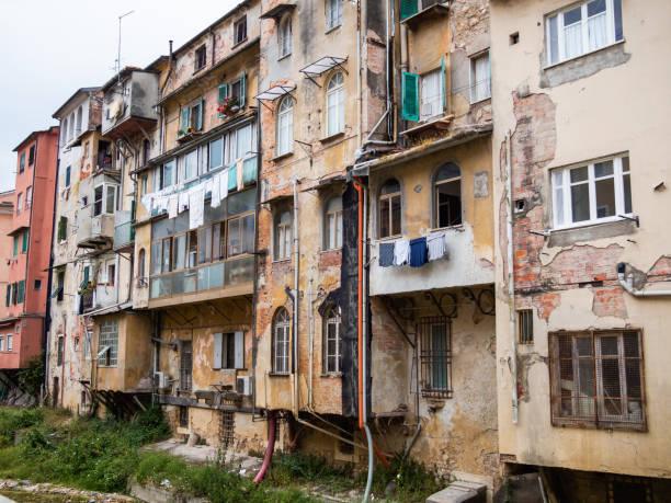 A degraded neighborhood that overlooks a creek - foto stock