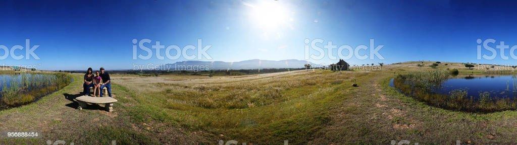 360 grados de la familia en un entorno rural - foto de stock
