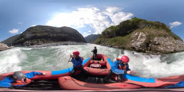 imagen de 360 grados vr de un pequeño grupo de hombres río rafting - 360 fotografías e imágenes de stock
