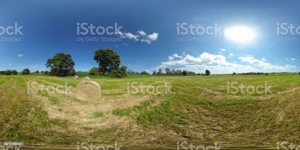 360 Grad sphärischen Panorama der schönen grünen Wiese mit Strohballen unter blauem Himmel – Foto