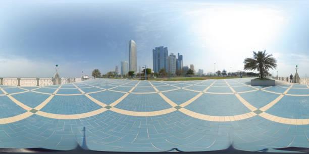 360 Grad sphärischen Panorama von der Abu Dhabi Corniche mit Blick auf die Skyline ein blaues Wasser eine Palmen (VAE) – Foto