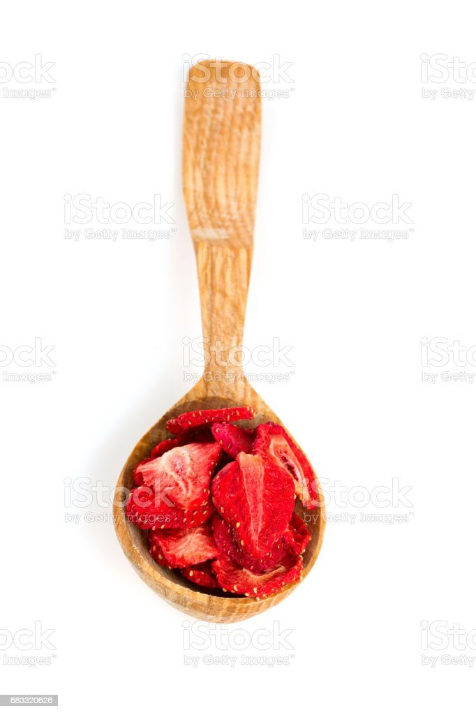 Dehydrated sliced strawberries in a wooden spoon foto stock royalty-free