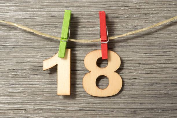 Dekoration zum 18 Geburtstag Achtzehnter Geburtstag, Wäscheklammer und Wäscheleine 18 19 years stock pictures, royalty-free photos & images