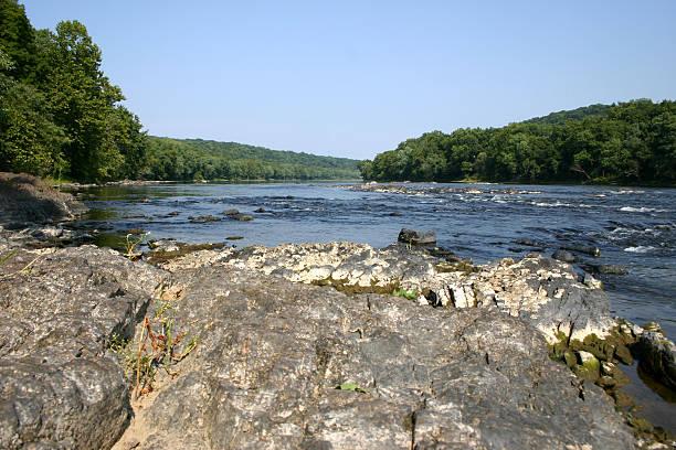 rivière delaware rapids - rivière delaware photos et images de collection