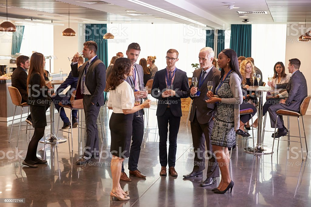 Delegates Networking At Conference Drinks Reception - foto de acervo