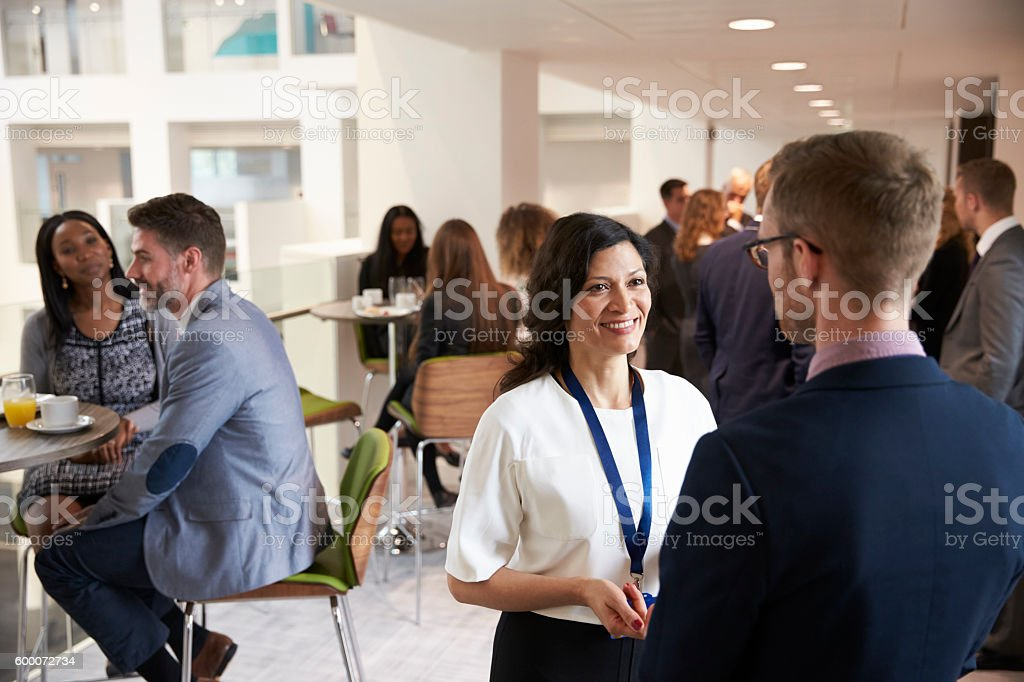 Delegates Networking During Coffee Break At Conference - foto de stock