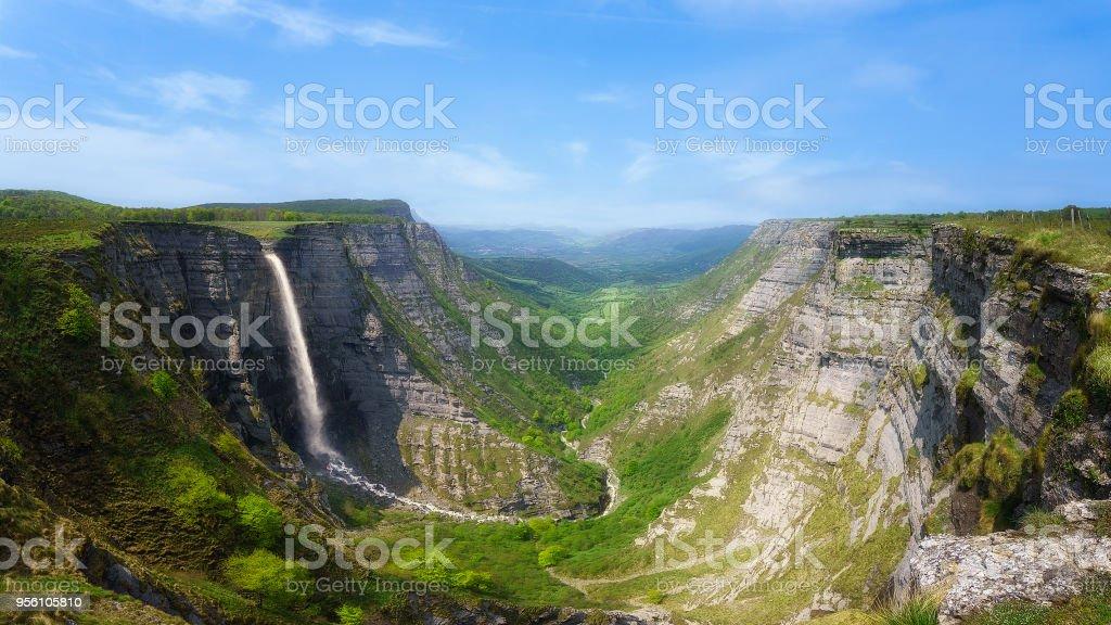 Delica cañón y cascada del Nervión - foto de stock