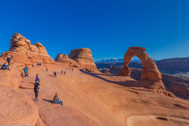 delicate arch in het arches national park - arches national park stockfoto's en -beelden