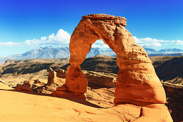 delicate arch located in arches national park, utah - arches national park stockfoto's en -beelden