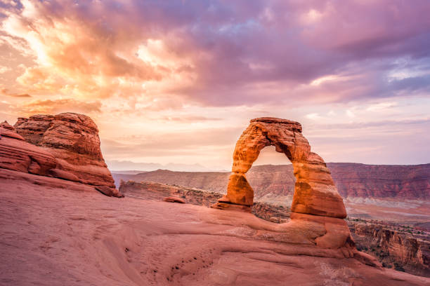 Delicate Arch sunrise Sunrise over Delicate Arch, The Arches Natinal Park delicate arch stock pictures, royalty-free photos & images