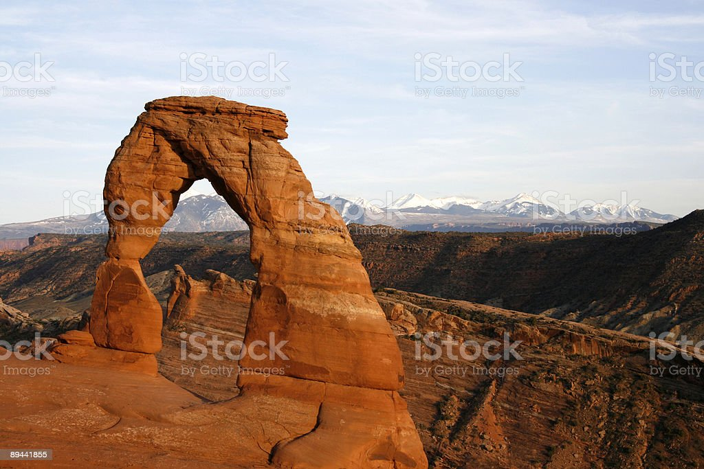 Delicate Arch con montañas de La Sal foto de stock libre de derechos