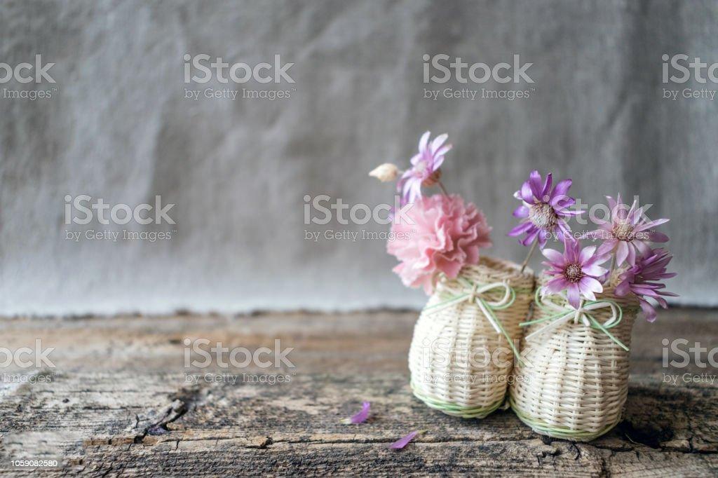 Delicado Ramo De Flores Silvestres De Color Púrpura Y Rosas