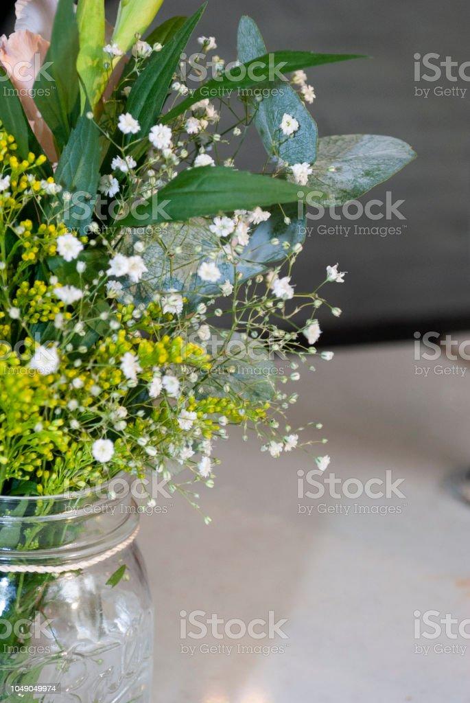 Delicado Arreglo Floral En Mesa En El Restaurante Para El