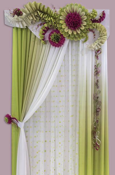 zarte grün - gelbe vorhänge von leichten stoff, ein tüll und luxuriöse blumen aus gestärktem material hergestellt. - lila, grün, schlafzimmer stock-fotos und bilder