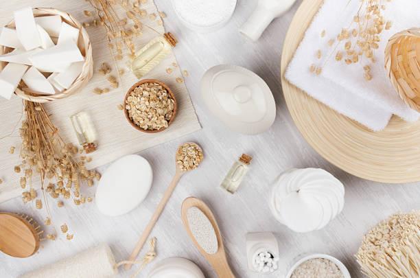 zarte traditionellen rustikalen beige naturkosmetik-produkte für körper und hautpflege auf weißen holzplatte, ansicht von oben. - makeup selbst gemacht stock-fotos und bilder