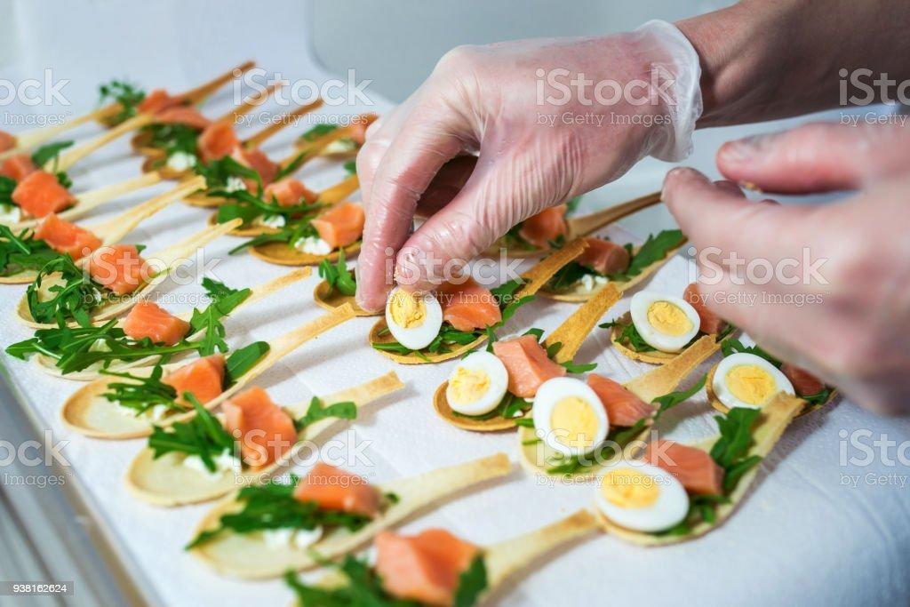 Delicados, aperitivo llenando con peces rojos y verdes. Servicio de catering. - foto de stock