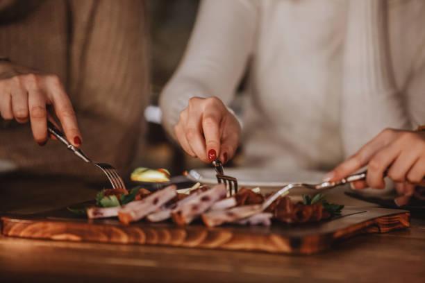 delikatessen und käse auf dem tisch - esszimmer buffet stock-fotos und bilder