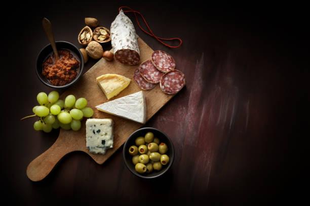 feinkost: delikatessen sorte stillleben - salami vorspeise stock-fotos und bilder