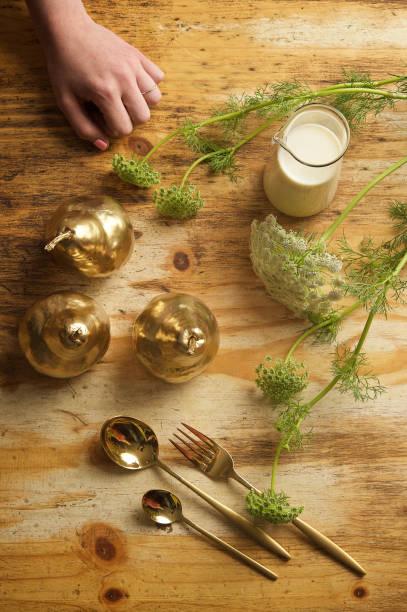 feinkost food teller mit blumen geschlossene hand - birnen verlobungsringe stock-fotos und bilder