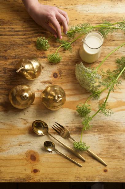 feinkost food teller mit blumen - birnen verlobungsringe stock-fotos und bilder