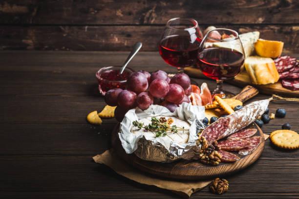 feinkostgeschäft-platte - wurst käse dips stock-fotos und bilder