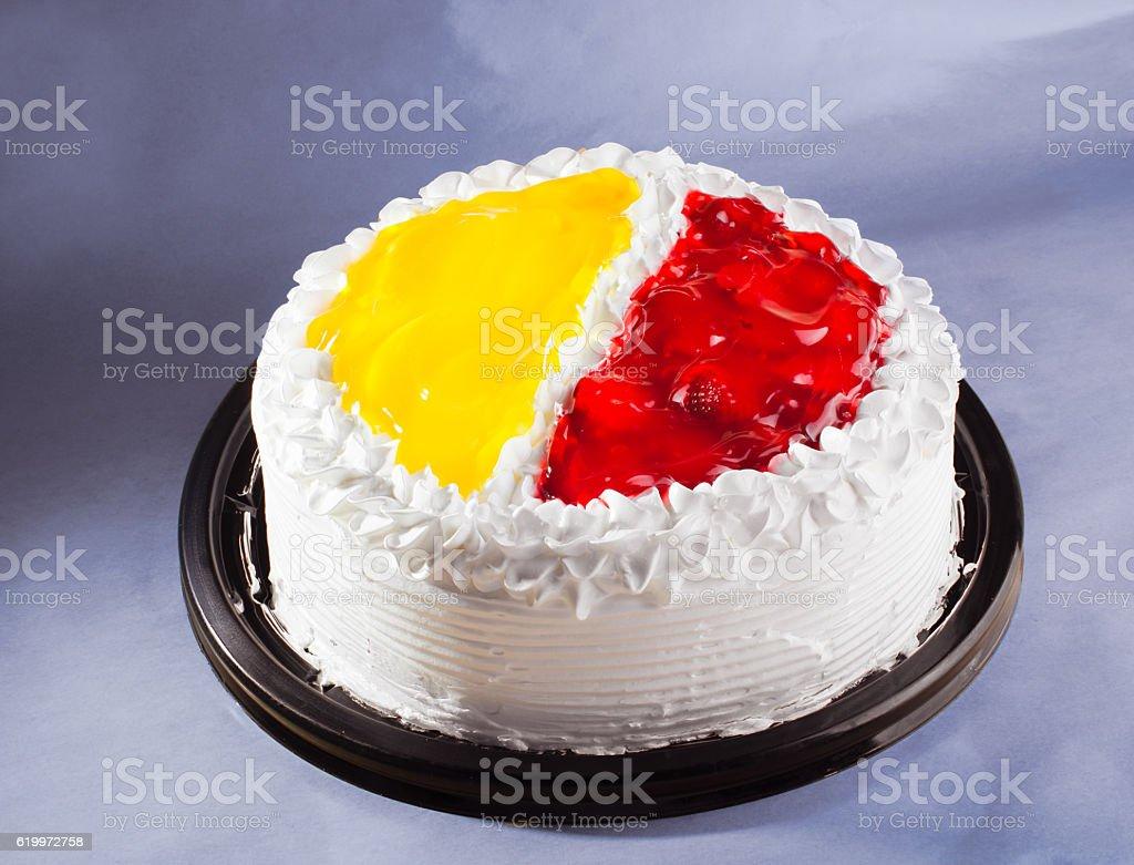 Delicioso pastel de fresa de cumpleaños en fondo azul stock photo