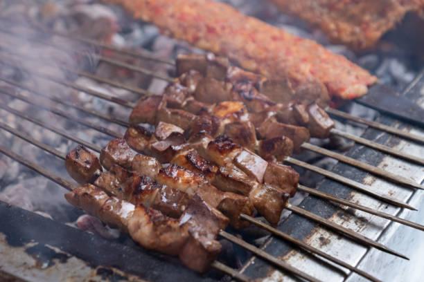 leckeren adana kebab, ausgezeichnetes essen und leber - innereien stock-fotos und bilder