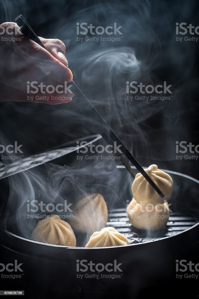 Delicious and hot chinese dumplings in wooden steamer – Foto