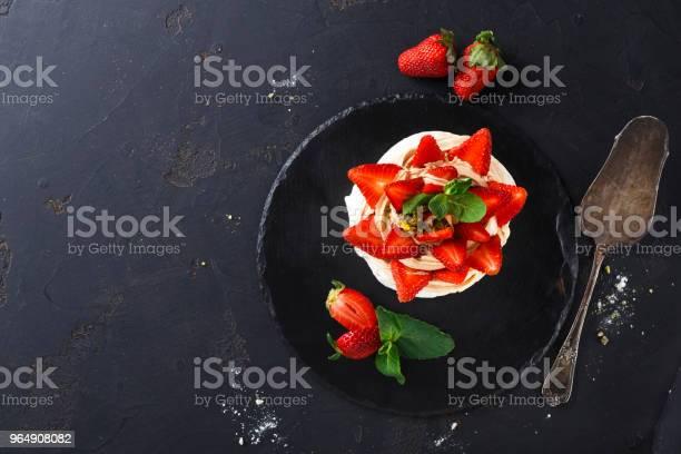 美味的安娜帕夫洛娃酥皮蛋糕與草莓黑色背景 照片檔及更多 乾的 照片
