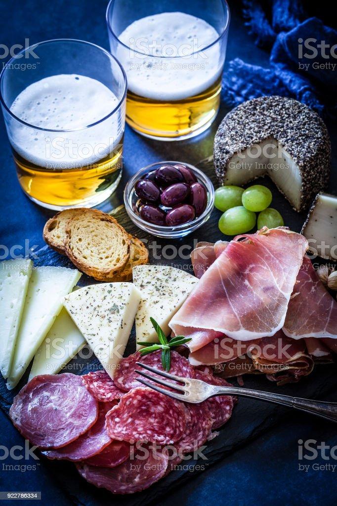 Heerlijk aperitief en bier op tafel blauwige tint foto