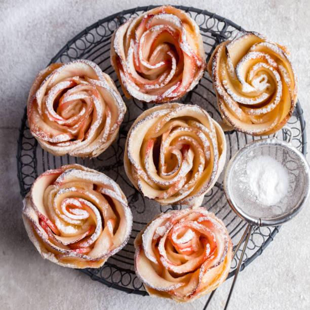 leckere apfelkuchen rose - rosentorte stock-fotos und bilder