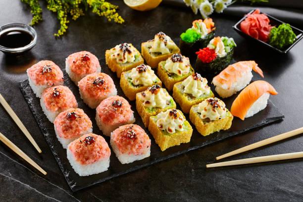Köstliche asiatische Speisen, Brötchen, Sushi und Gunkan Set – Foto