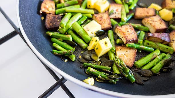 köstliche spargel mit ananas, tofu, kürbiskerne - spargel vegan stock-fotos und bilder
