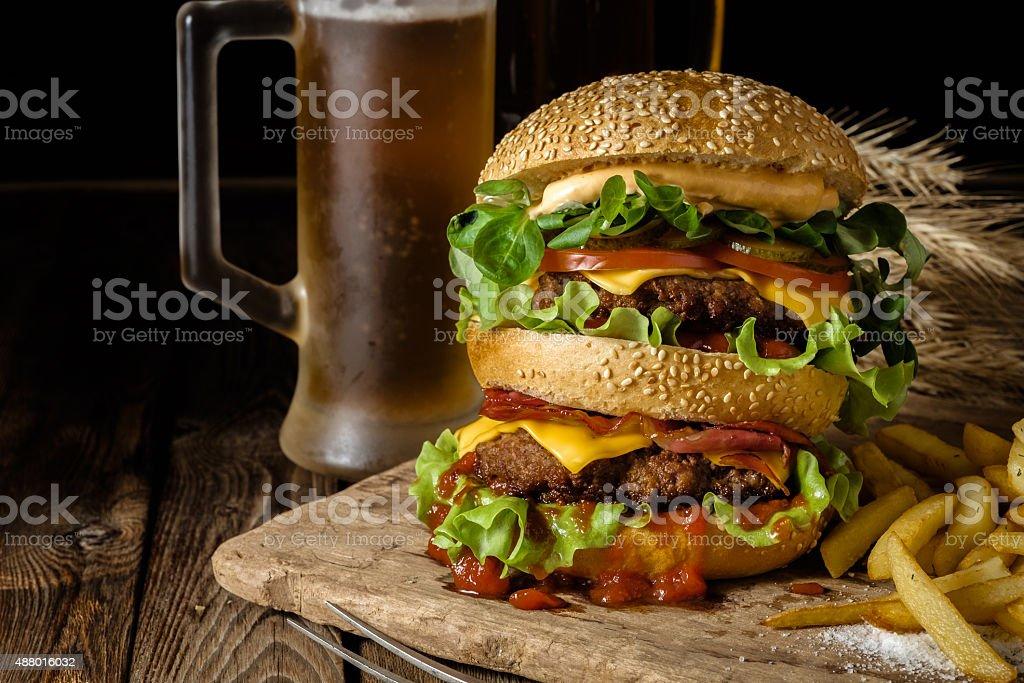 Rindfleischburger Mit Pommes Frites Und Ein Bier Auf Holz Tisch