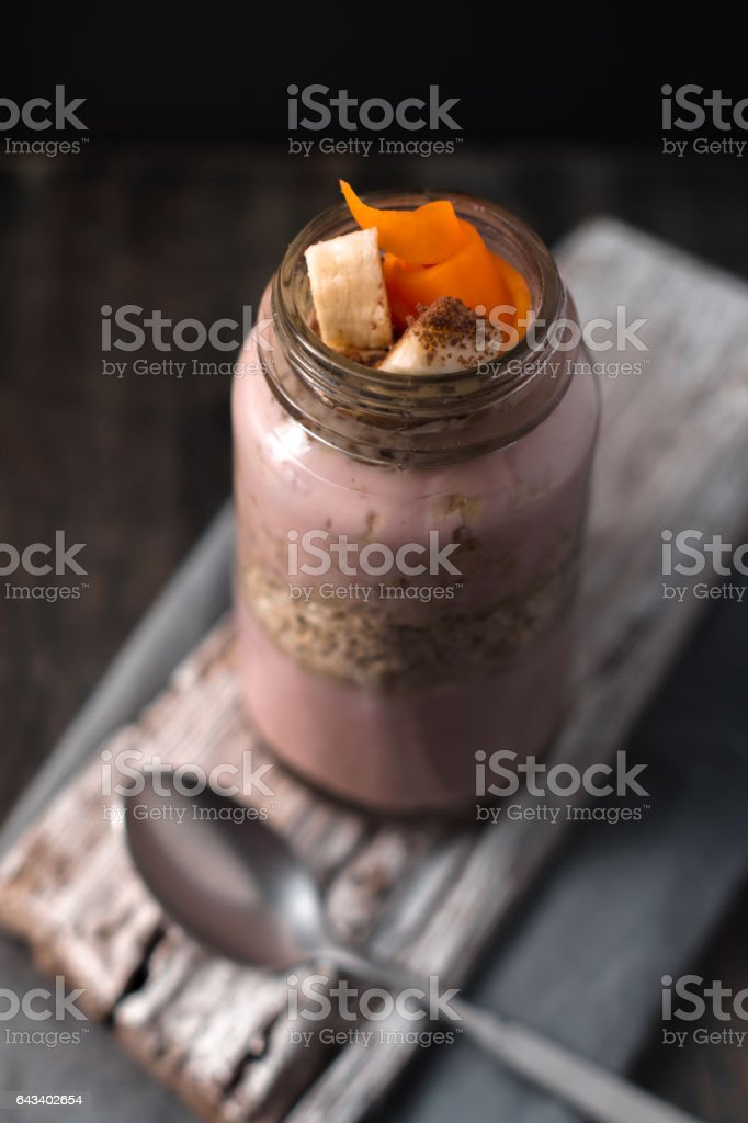 Delicious berry smoothies with oatmeal on the rustic stand Lizenzfreies stock-foto