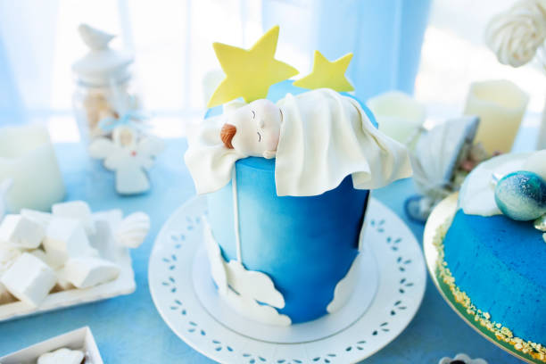 köstliche geburtstag, taufe oder baby-dusche-kuchen verziert mit schlafen newbotn - geschenk zur taufe stock-fotos und bilder