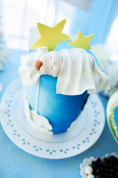 köstliche geburtstag, taufe oder baby-dusche-kuchen verziert mit newbotn schlafen. - sterntaufe stock-fotos und bilder