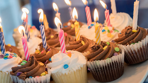 delicious birthday cupcakes - kindergeburtstagskuchen stock-fotos und bilder