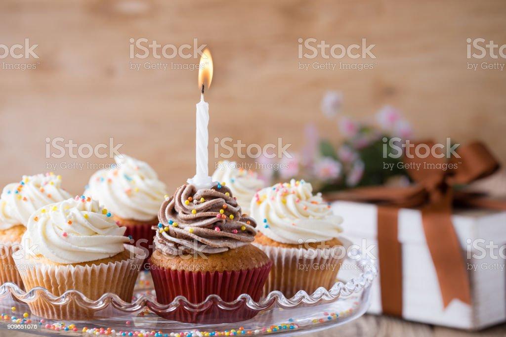 Köstliche Geburtstag Cupcakes mit einer Kerze – Foto
