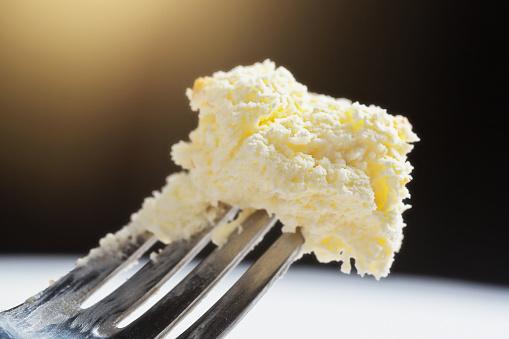 Delicious Bitesized Portion Of Cheesecake On A Fork - Fotografias de stock e mais imagens de Bolo de Queijo