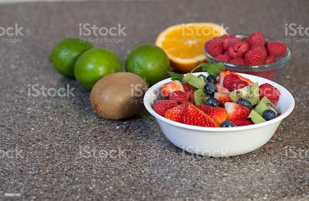 Schale mit köstlich frischem Obst Lizenzfreies stock-foto