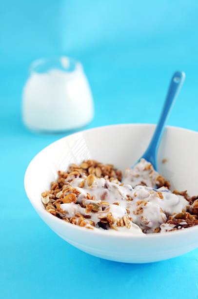 ein köstliches frühstück - haferflocken rosinen stock-fotos und bilder