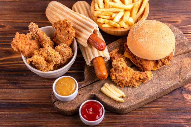Lecker, aber ungesunde Lebensmittel mit Ketchup und Senf auf Vintage Schneidebrett – Foto