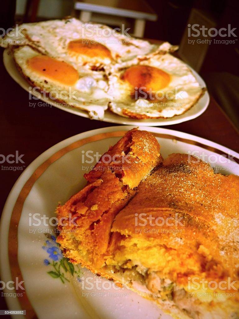 Вкусный торт Курник крытый и с вышитой яичницей стоковое фото