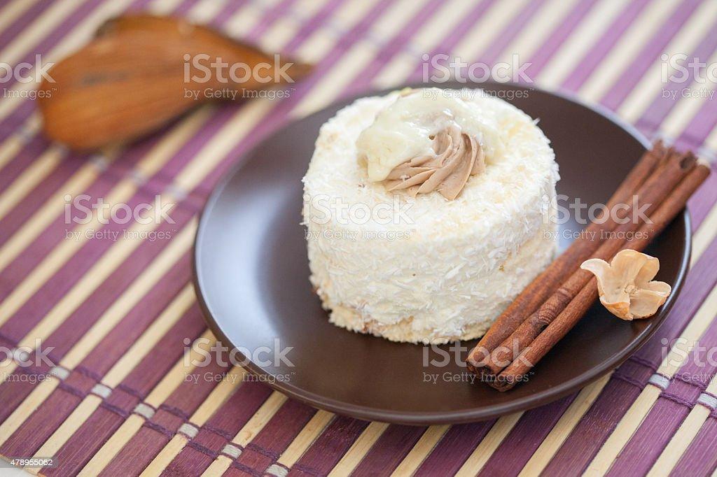 Delicioso bolo feito com creme de coco e chocolate branco - foto de acervo