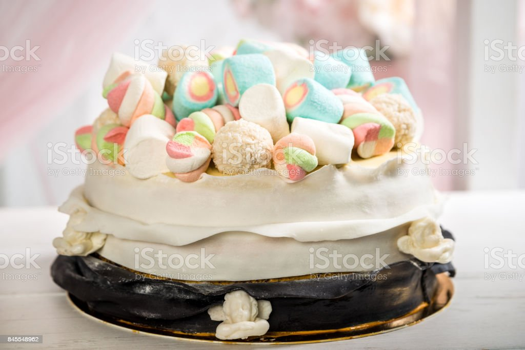 Leckeren Kuchen Mit Sahne Dekoriert Mit Marshmallow Vor Einem